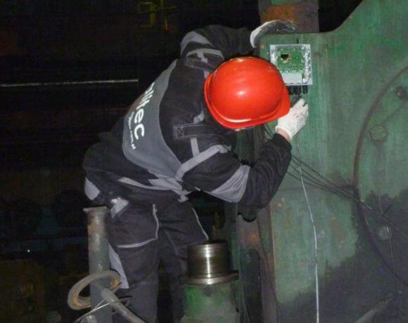 Przemysł metalurgiczny: ocena stanu technicznego przekładni napędowej walcarki.